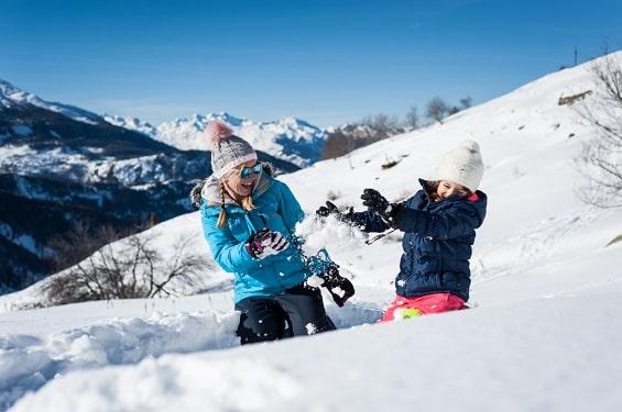 Jeux dans la neige en famille