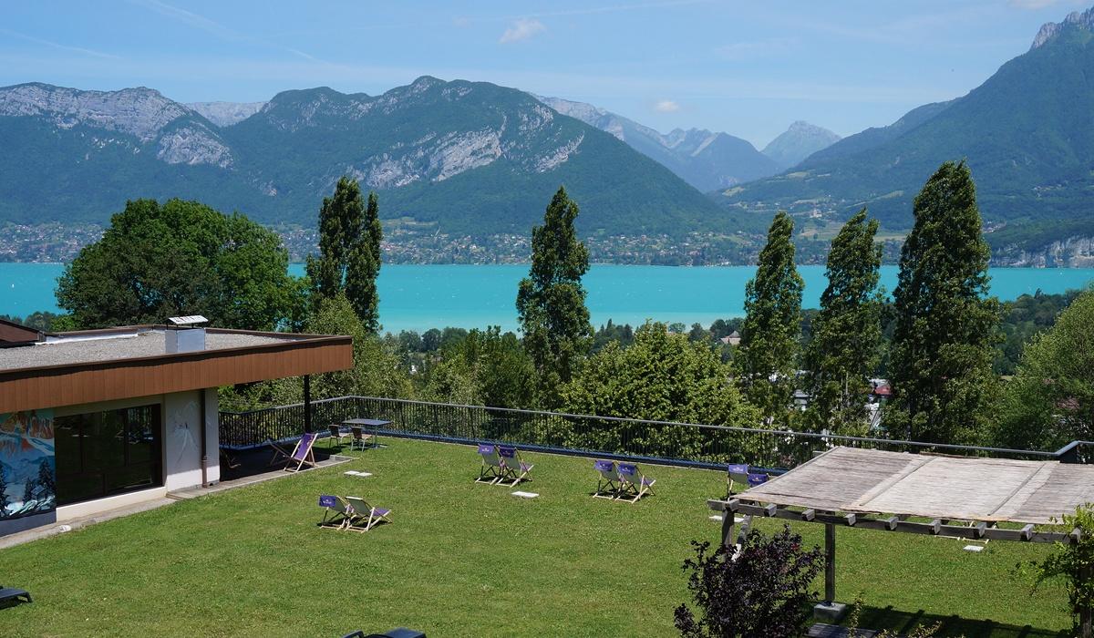 vue sur le lac d'annecy depuis hébergement de vacances