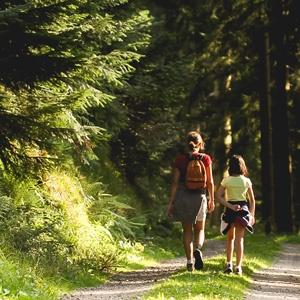 mère et fille en randonnée