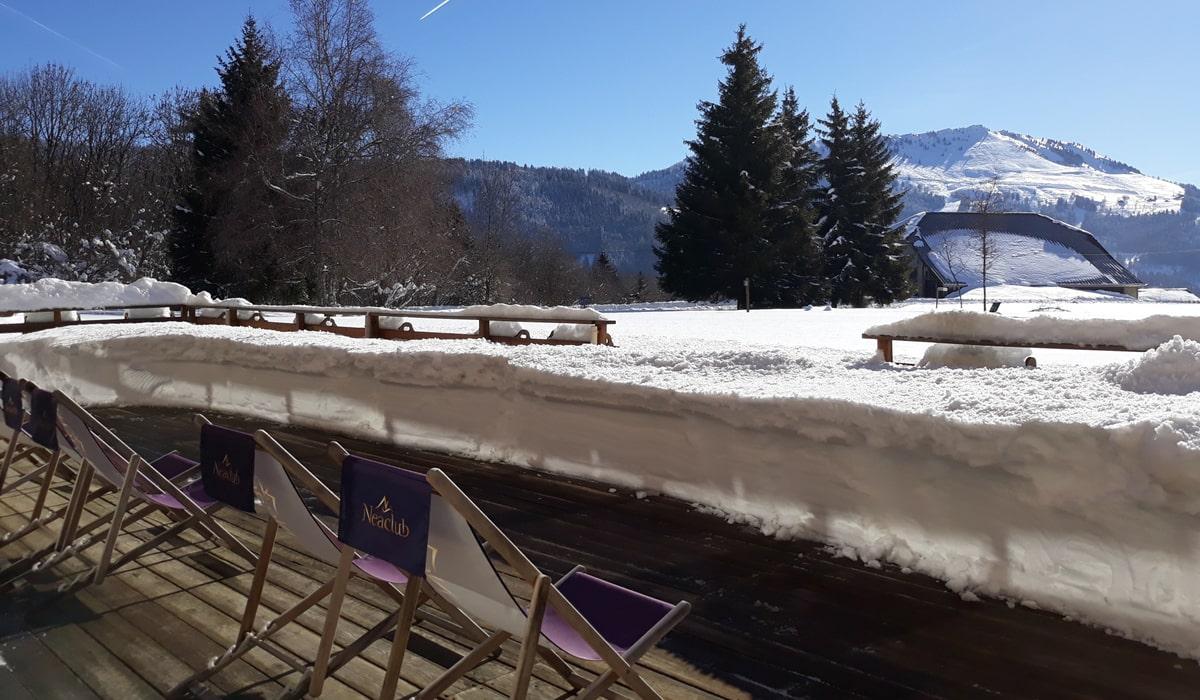 terrasse enneigée en haute savoie vacances