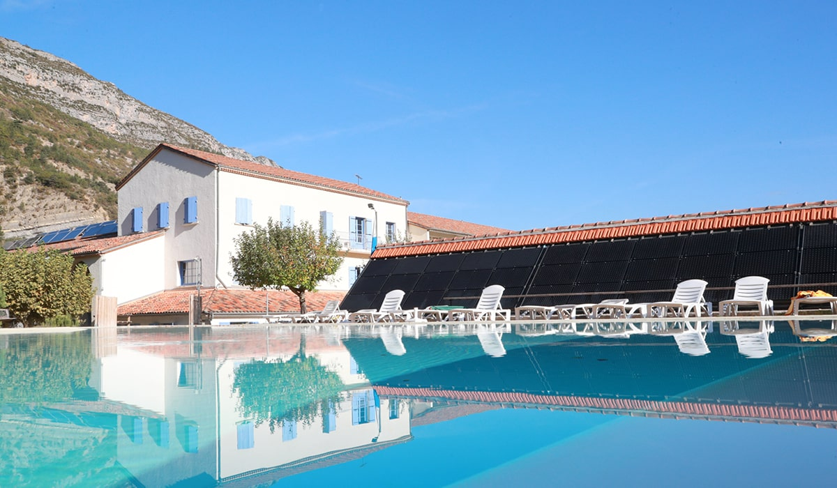 village-club avec piscine en drôme