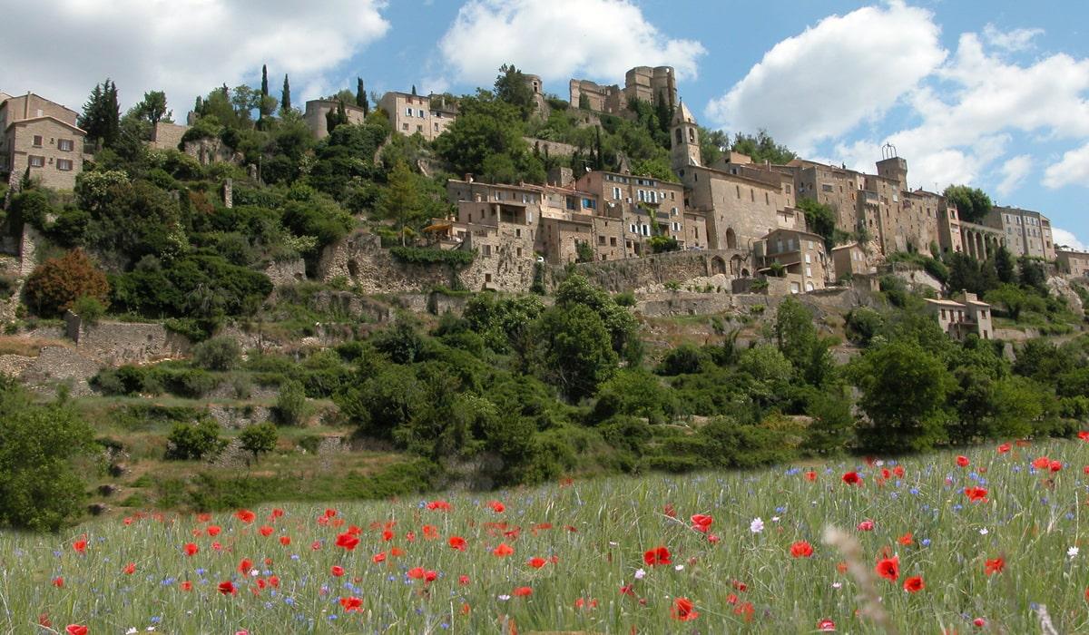 Village perché en drôme provençale