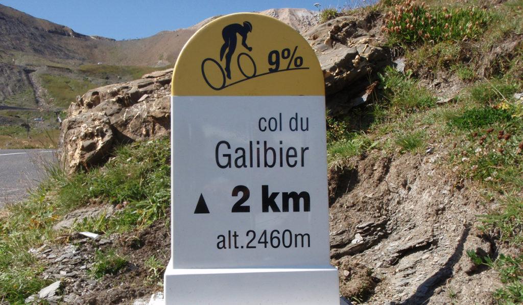 Borne routière du Galibier Valloire © Savoie Mont-Blanc - Flandin