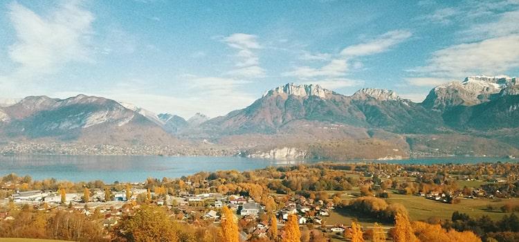 Vue lac d'Annecy et Tournette en automne